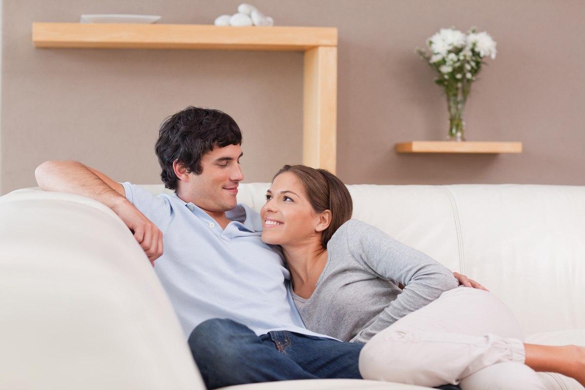 пара ласкается сидя на диване отправите сообщение анонимно